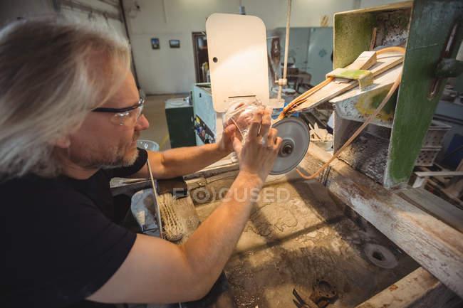 Glasbläser polieren und schleifen ein Glas in der Glasbläserei — Stockfoto