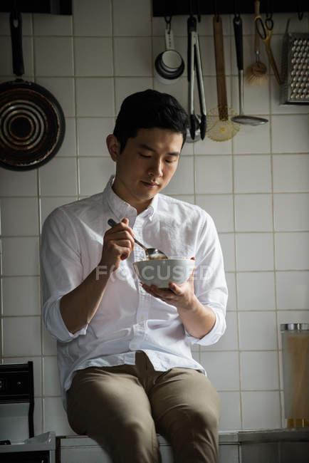 Mann mit Frühstück in der Küche zu Hause — Stockfoto