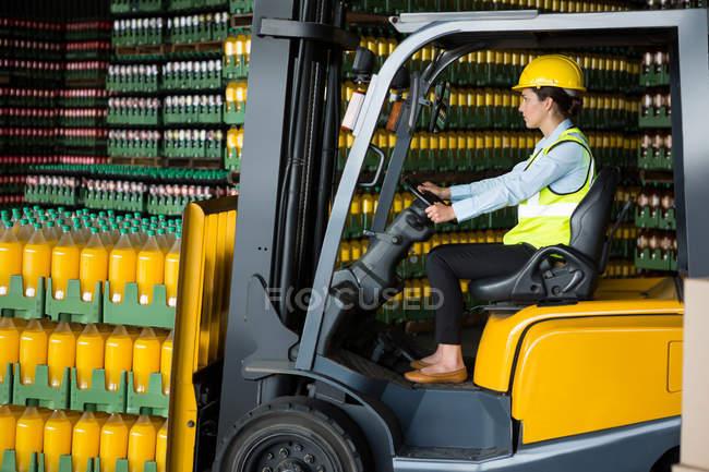 Вид сбоку уверенной в себе работницы за рулем в военной форме — стоковое фото