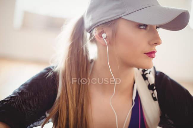 Крупный план красивой женщины, слушающей наушники в студии — стоковое фото