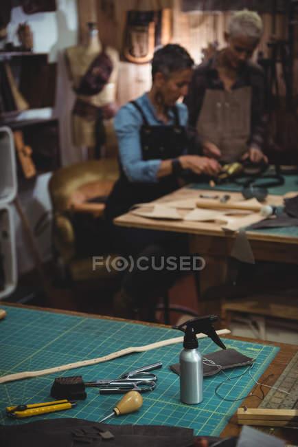 Vari strumenti di lavoro sul tavolo nel laboratorio — Foto stock