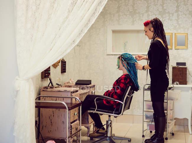 Esteticista clientes styling cabelo na loja dreadlocks — Fotografia de Stock