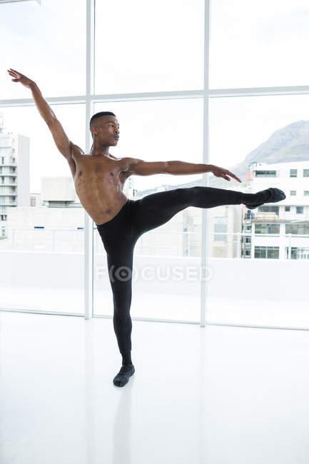 Балерино практикует балетный танец в студии — стоковое фото