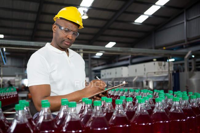 Молоді чоловіки працівник відзначивши про продукти на складі — стокове фото