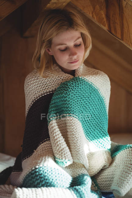 Красивая женщина, завернутые в шерстяное одеяло в спальне дома — стоковое фото