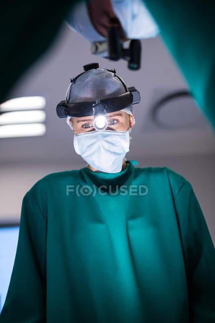 Chirurgiens portant des loupes chirurgicales lors d'opération en théâtre d'opération — Photo de stock