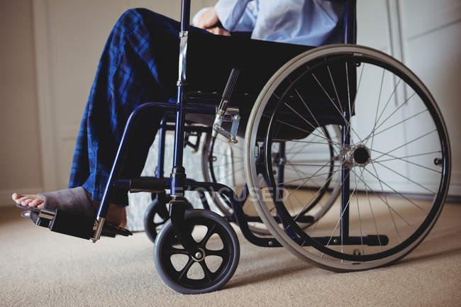 Nahaufnahme von senior Mann sitzt im Rollstuhl zu Hause — Stockfoto