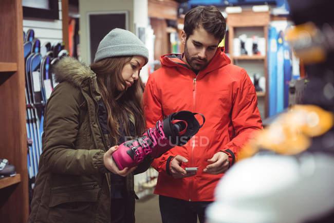 Coppia scarpa selezionando insieme in un negozio — Foto stock