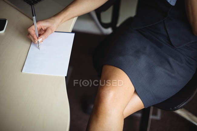 Куповані подання бізнес-леді писати блокнот в офісі — стокове фото