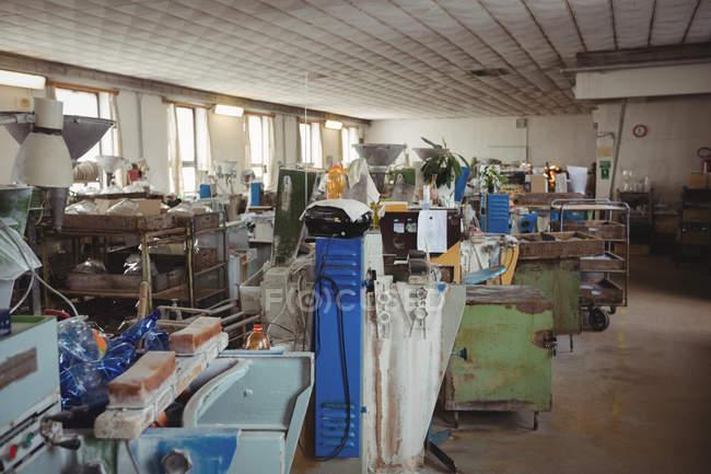 Порожній робочих станцій і машини на заводі glassblowing — стокове фото