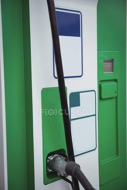Gros plan du chargeur de voiture dans le véhicule électrique rechargeable à la station de recharge — Photo de stock