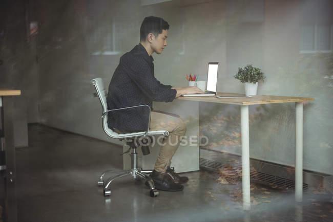Виконавчим бізнесу, що працюють на ноутбуці в офісі — стокове фото