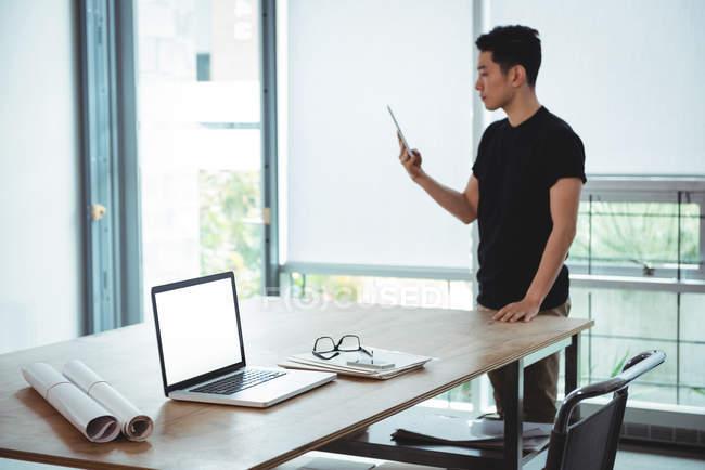 Business executive con tablet digitale in ufficio — Foto stock
