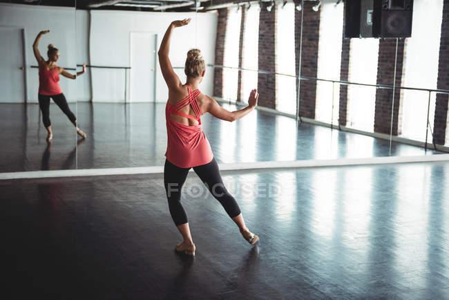 Woman practicing a dance in dance studio — Stock Photo