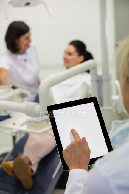 Frau mit digital-Tablette in Klinik — Stockfoto