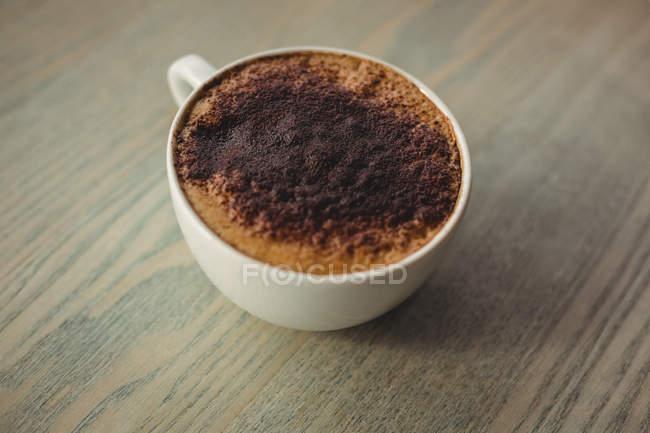 Закри чашки кави на стіл в кафе — стокове фото