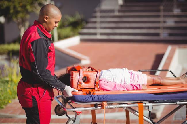 Verletztes Mädchen von Sanitäter am Unfallort behandelt — Stockfoto