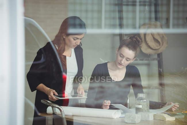 Executivos de negócios, discutindo sobre o documento no escritório — Fotografia de Stock