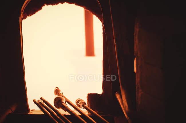 Verre chauffé dans le four de souffleurs de verre à l'usine de soufflage de verre — Photo de stock