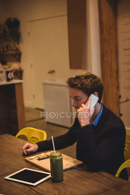 Geschäftsmann telefoniert im Café — Stockfoto