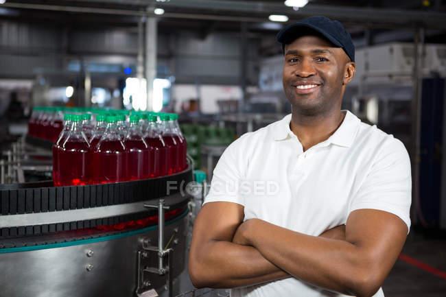 Портрет уверенного мужчины, стоящего на заводе холодных напитков — стоковое фото
