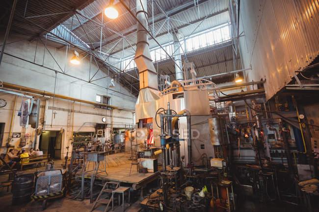 Пустое рабочее место и оборудование на стекольном заводе — стоковое фото