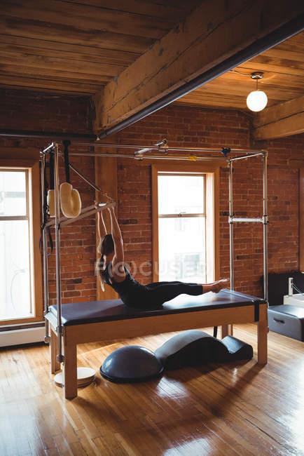 Спортивний жінка практикуючих пілатес фітнес-студія — стокове фото