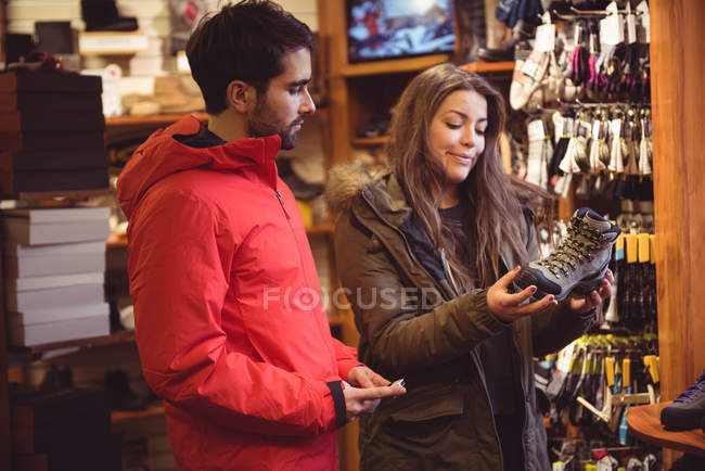 Пара, вибір взуття разом у магазині — стокове фото