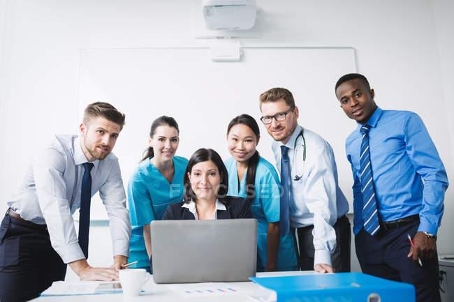 Retrato de sonriente en la sala de médicos - foto de stock