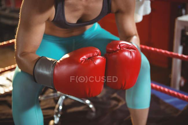 Mittelteil einer Boxerin im Ring im Fitnessstudio — Stockfoto