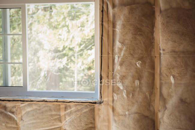 Крупный план окна строящегося здания — стоковое фото