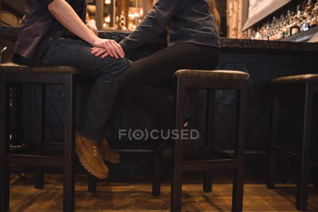 Низький розділ романтична пара, сидячи на стільці в барна стійка — стокове фото