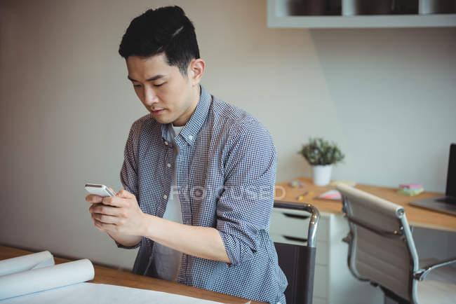 Виконавчим бізнесу за допомогою мобільного телефону в офісі — стокове фото