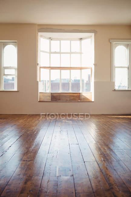 Estúdio de dança vazia com janelas e piso de madeira — Fotografia de Stock
