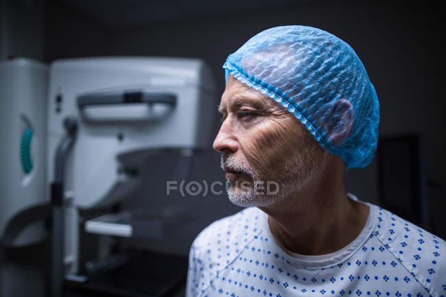 Paciente atencioso na sala de raios-X do hospital — Fotografia de Stock