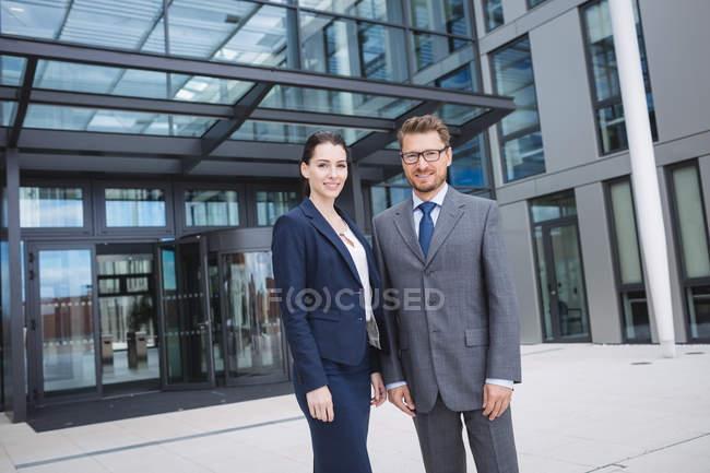 Портрет впевнено бізнесмен з колегою, стоячи за межами Офісна будівля — стокове фото