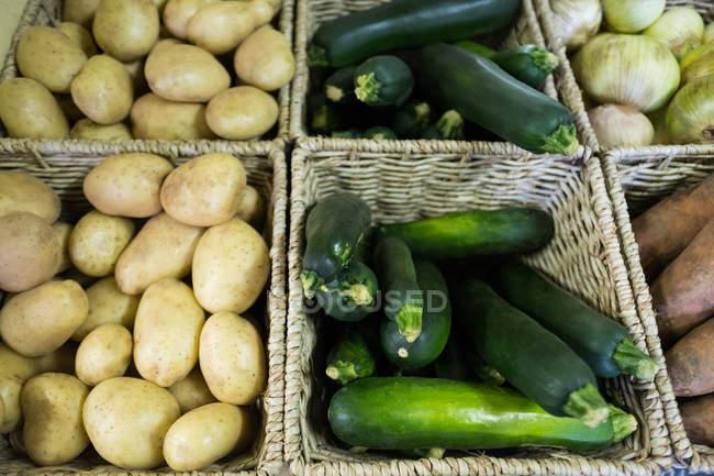 Nahaufnahme von frischem Gemüse im Weidenkorb — Stockfoto