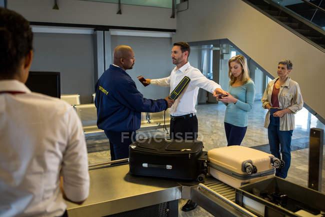 Салони краси frisk пасажирів, стоячи в черзі в термінал — стокове фото