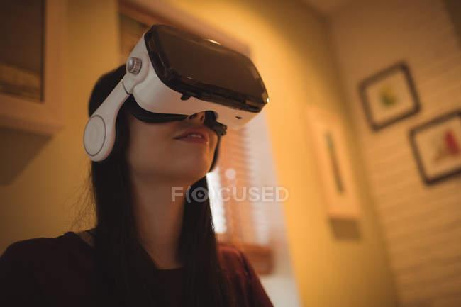 Frau benutzt Virtual-Reality-Headset zu Hause — Stockfoto