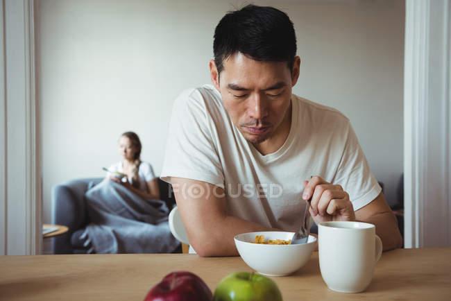 Mann, gesundes Frühstück zu Hause — Stockfoto