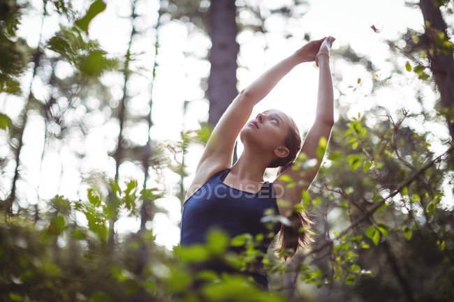 Красивая женщина медитирует в лесу в солнечный день — стоковое фото