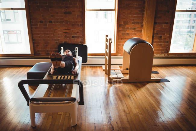 Fit жінка практикуючих пілатес фітнес-студія — стокове фото