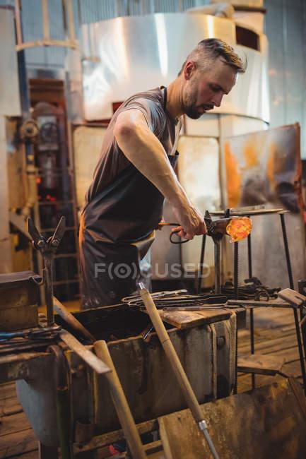 Стеклодув, формирование расплавленного стекла на заводе выдувка — стоковое фото