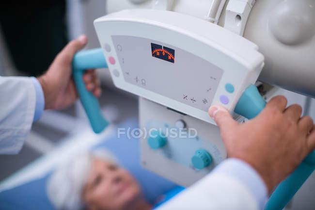 Médecin à l'aide de machine à rayons x à l'hôpital — Photo de stock