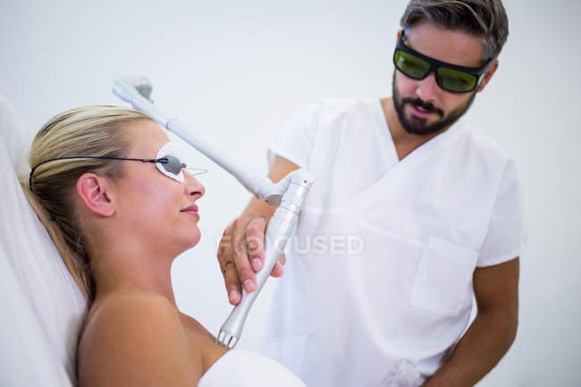 Paziente femminile che ottiene procedura di sollevamento nel salone di bellezza — Foto stock
