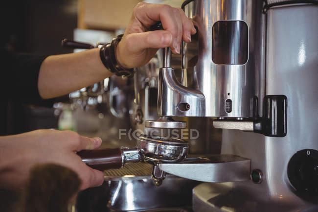 Kellnerin mit Siebträger gefüllt mit gemahlenen Kaffee im café — Stockfoto