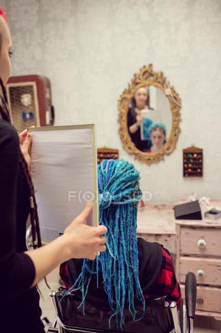 Косметичка стилізації клієнтів волосся дреди магазин — стокове фото