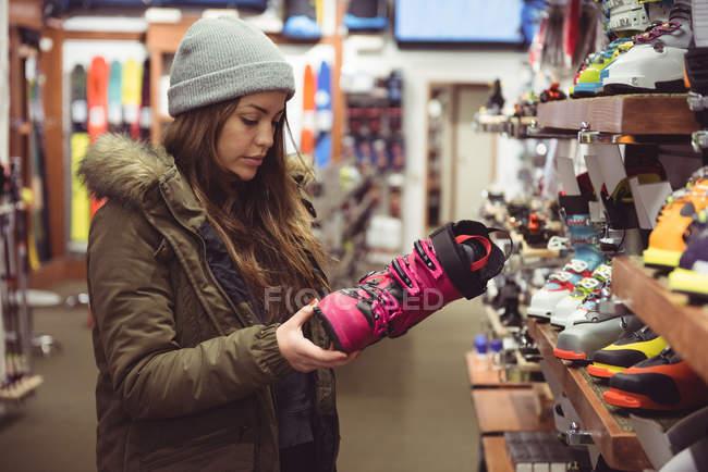 Bella donna selezione di scarpe in un negozio — Foto stock