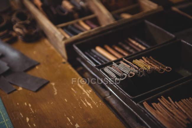 Verschiedene Leder-Geldbörsen in Stahl Kiste in Werkstatt — Stockfoto