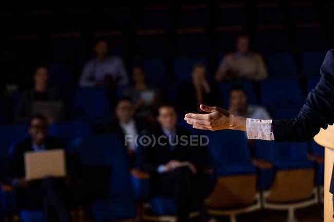 Uomo d'affari dando un discorso al conference center — Foto stock